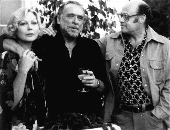 Charles Bukowski tra i coniugi Martin, l'editore John (fondatore della Black Sparrow Books) e l'illustratrice Barbara.