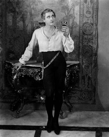 Un memorabile John Barrymore nei panni di Don Juan nel film « Don Giovanni e Lucrezia Borgia». Il film - del 1926 - è di Alan Cronsland, ed è la prima pellicola accompagnata da una colonna sonora.