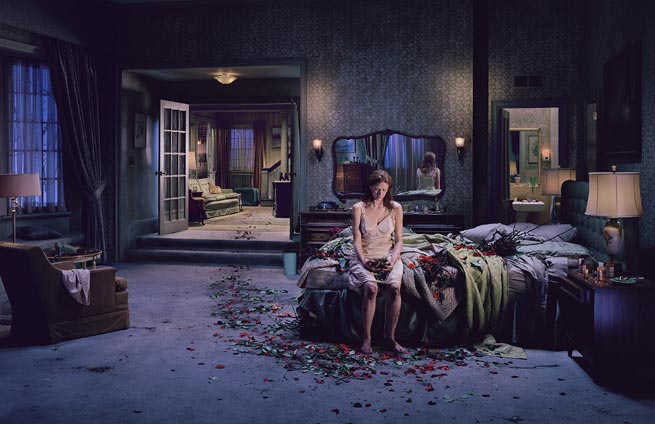 "Uno scatto di Gregory Crewdson, dalla raccolta ""Beneath the Roses"", 2003-2005"