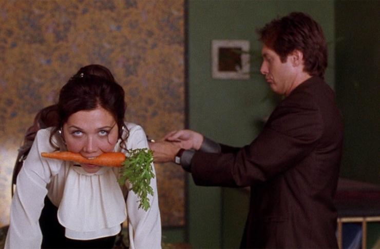 Da sinistra, Maggie Gyllenhaal e James Spader in una scena del film
