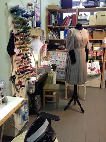 Il laboratorio di sartoria dove Simona Dondoni crea, smonta, taglia e cuce...